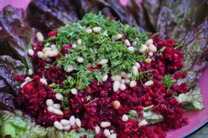 красный салат с кедровыми орешками